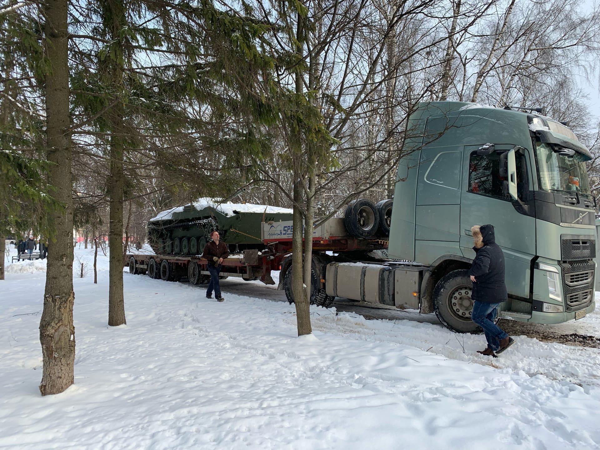 В Октябрьском сквере Вологды установили боевую машину пехоты