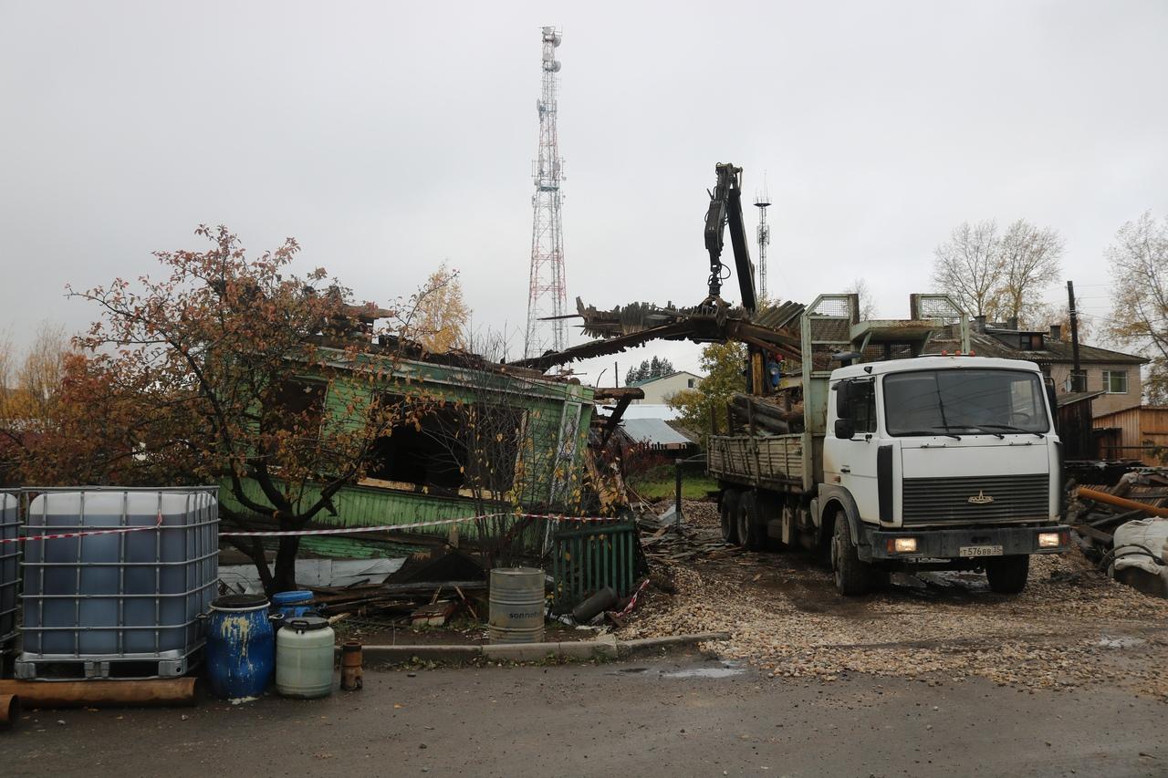 В Белозерске начали сносить дом, возле которого произошло ЧП со скважиной