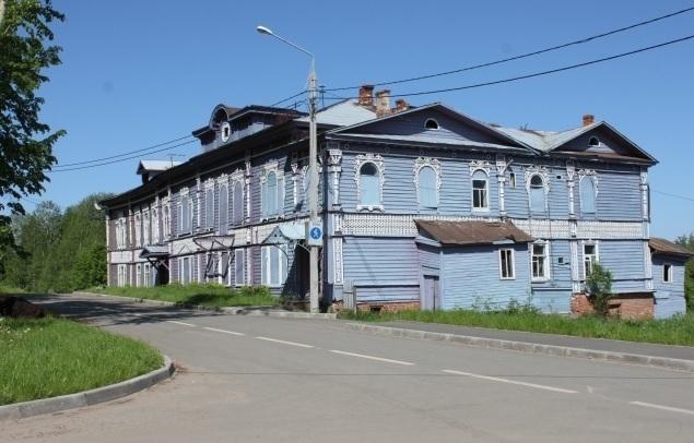 В Белозерске пенсионерка и ее внучки вынуждены жить в аварийном памятнике архитектуры 19 века
