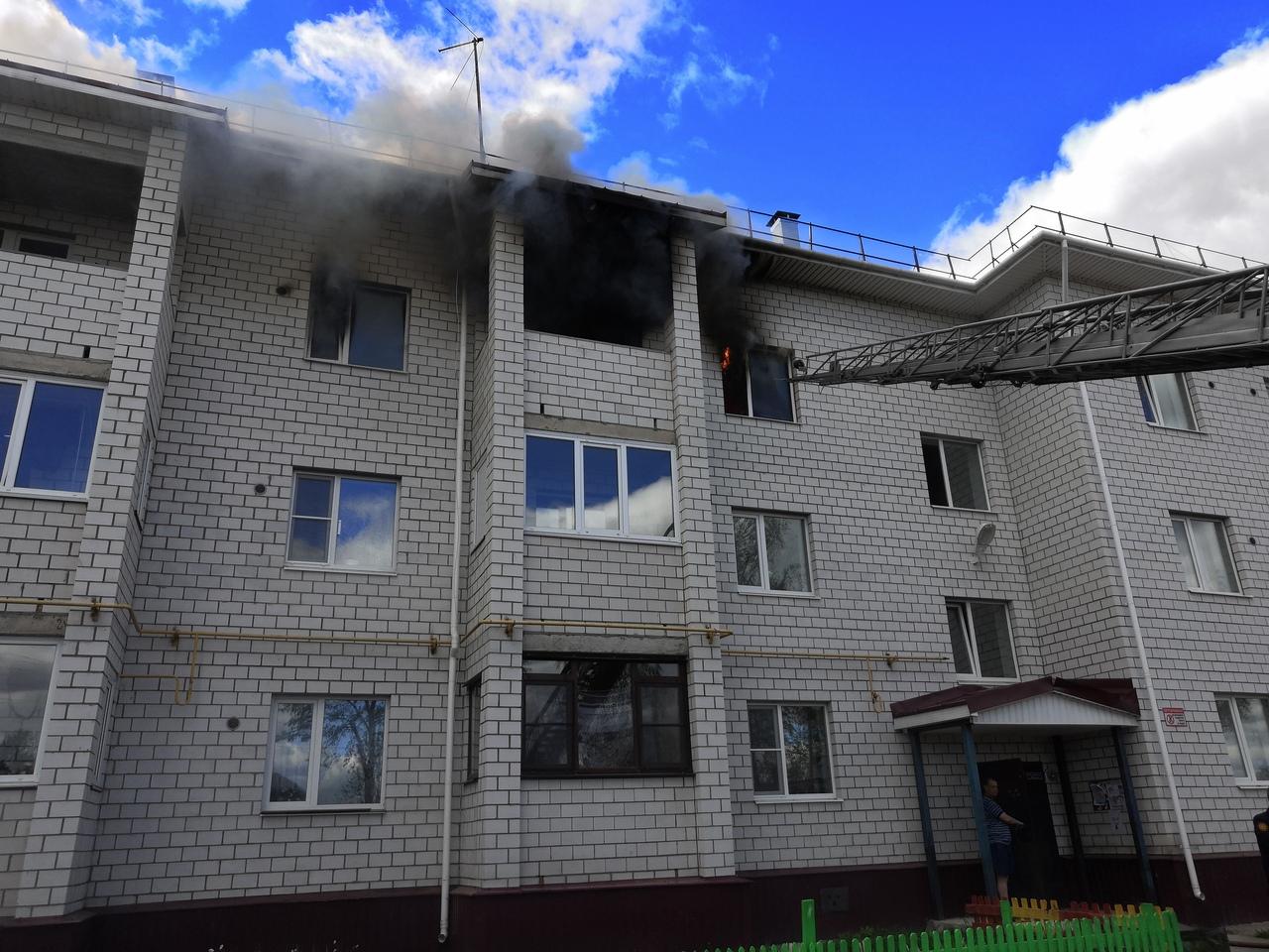 В Соколе из горящей квартиры спасли женщину и двоих ее детей