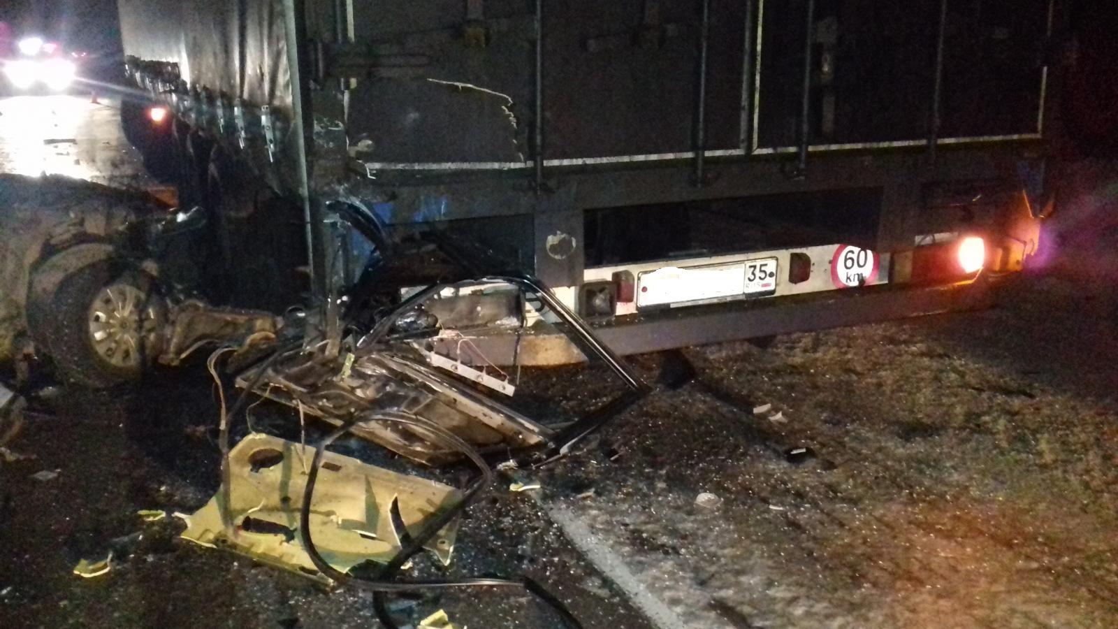 В Чагодощенском районе пассажирка ВАЗа погибла в аварии с грузовиком