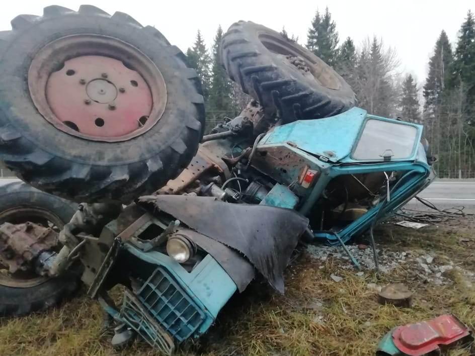 ВУстюженском районе столкнулись трактор и «Лэнд Крузер»: тракторист в больнице