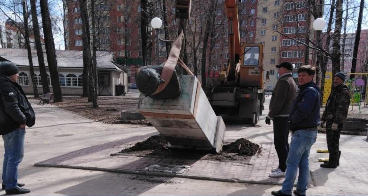 В Череповце уронили памятник Николаю Гоголю