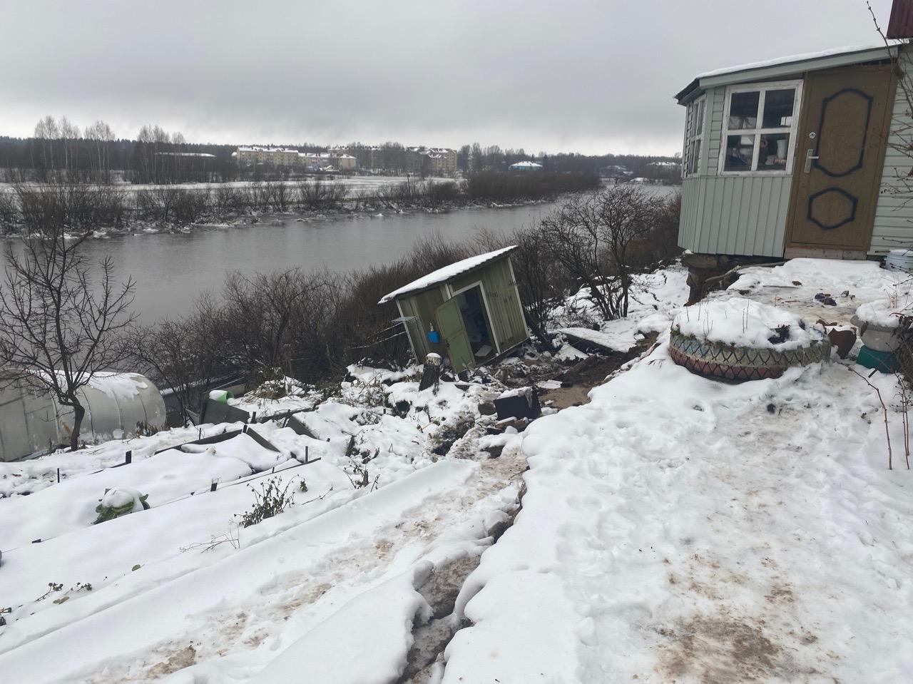 На улице Луначарского в Вологде частично обвалился берег реки