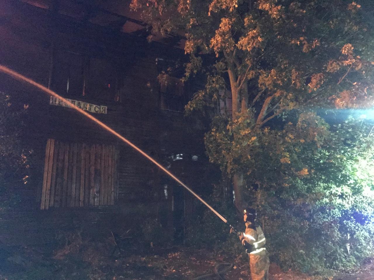 В Вологде подожгли выставленный на продажу аварийный дом на Набережной VI армии