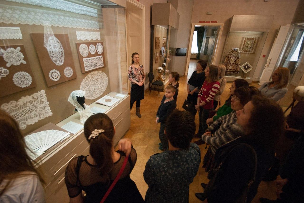 17 марта в Вологодском музее-заповеднике научат плести косы и расскажут о кружевной моде