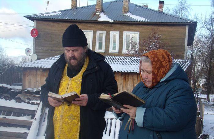 Глава Белозерска попросил священника провести молебен на месте ЧП со скважиной