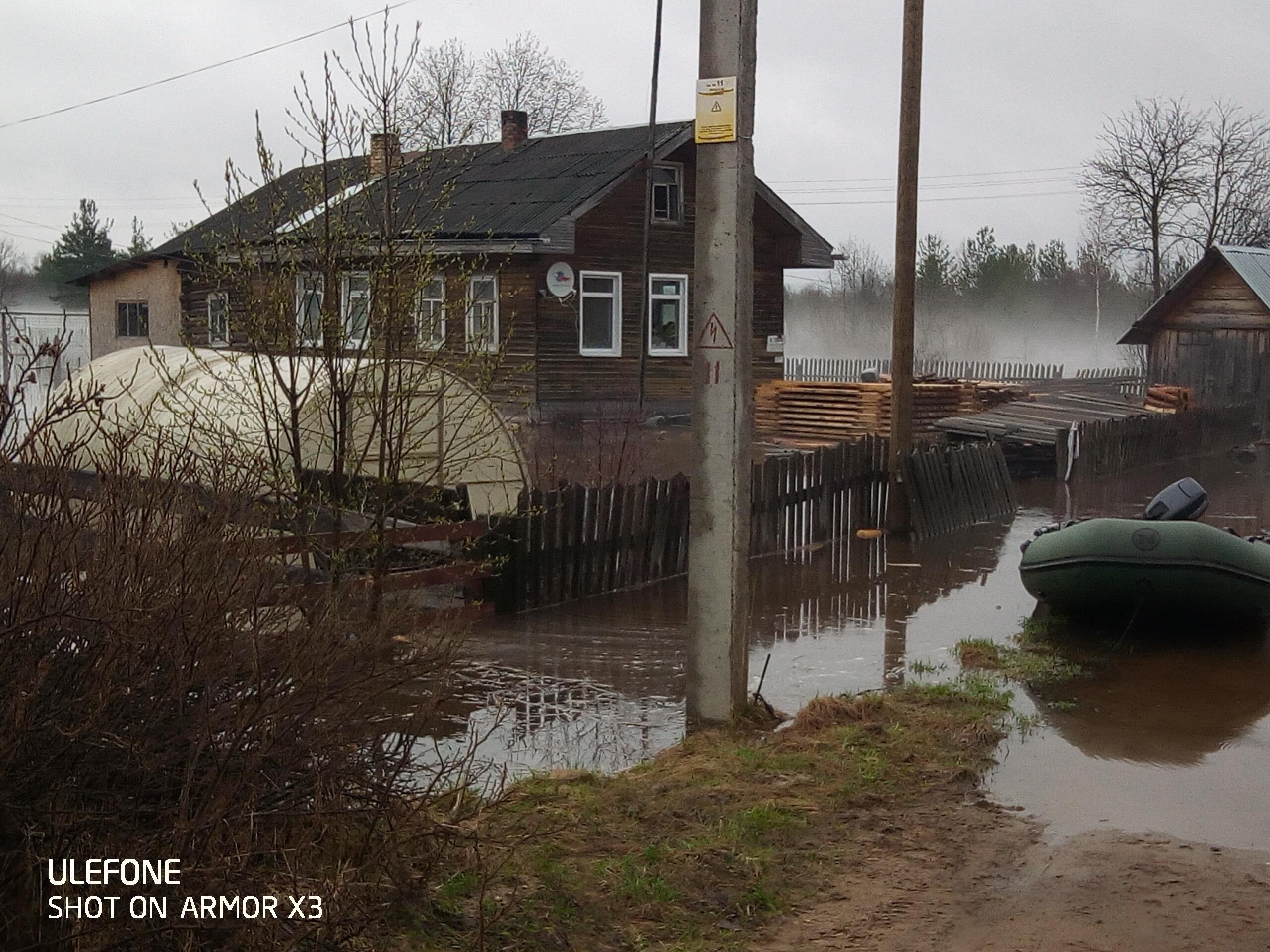 В Верховажье разлившаяся река затопила придомовые территории на трех улицах