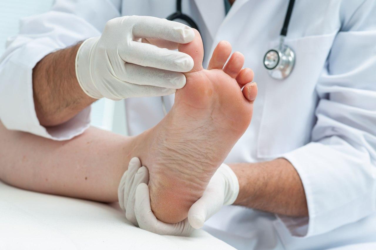 Аппаратную чистку и обработку ногтей от грибка проводят в клинике «Вита»