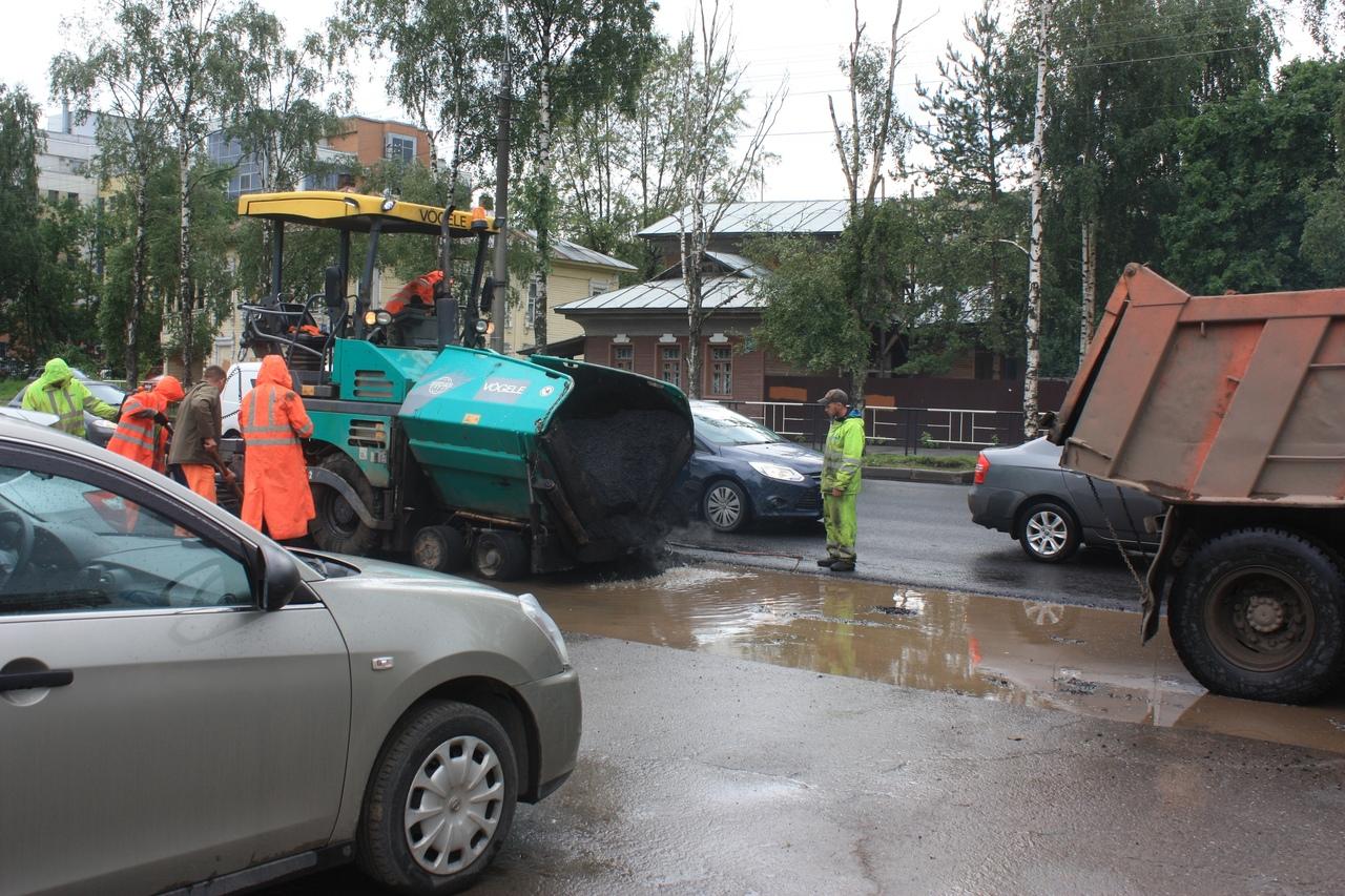 Прокуратура подтвердила нарушения при укладке асфальтав лужу на улице Предтеченской в Вологде