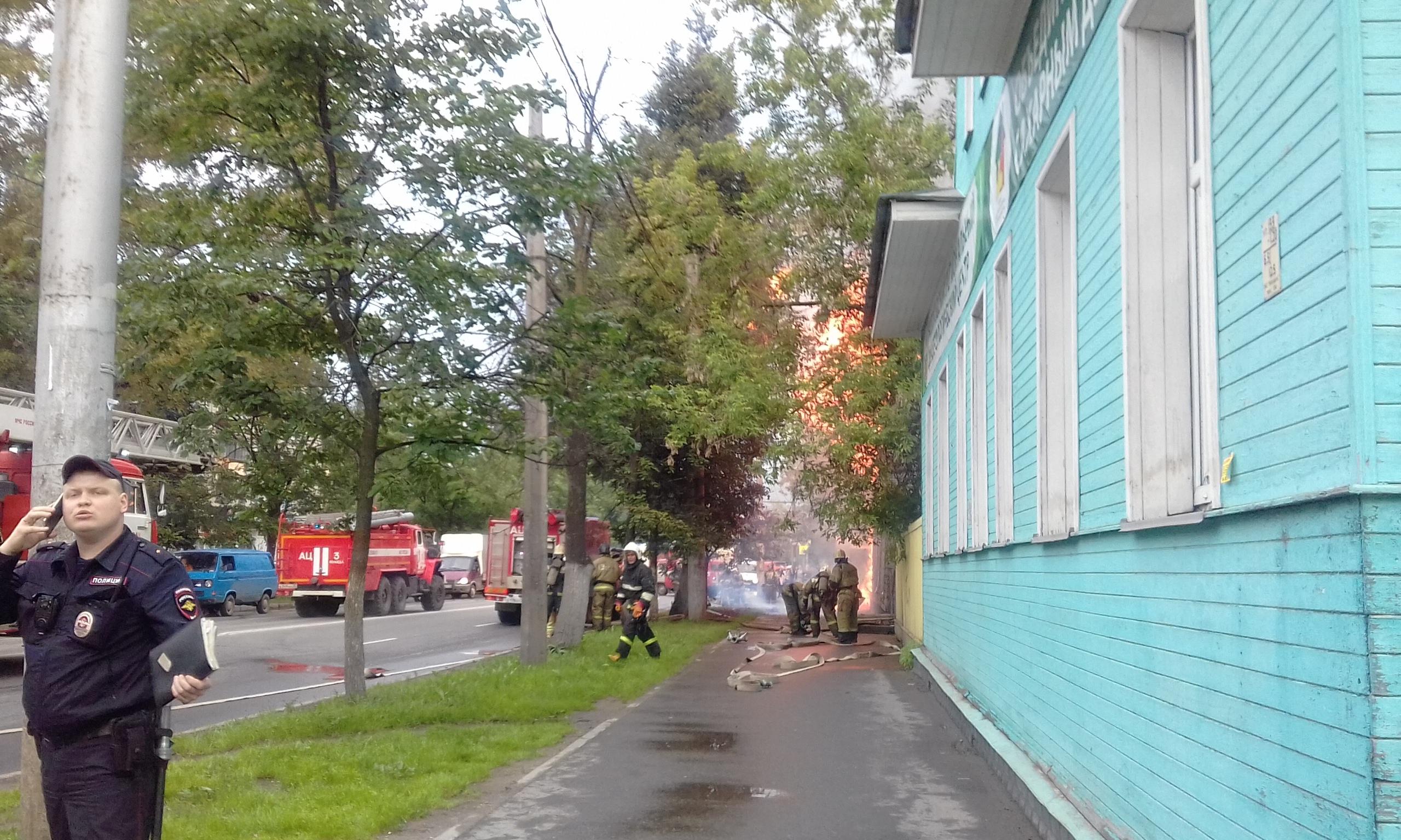 В Вологде загорелся деревянный дом 19 века на улице Герцена