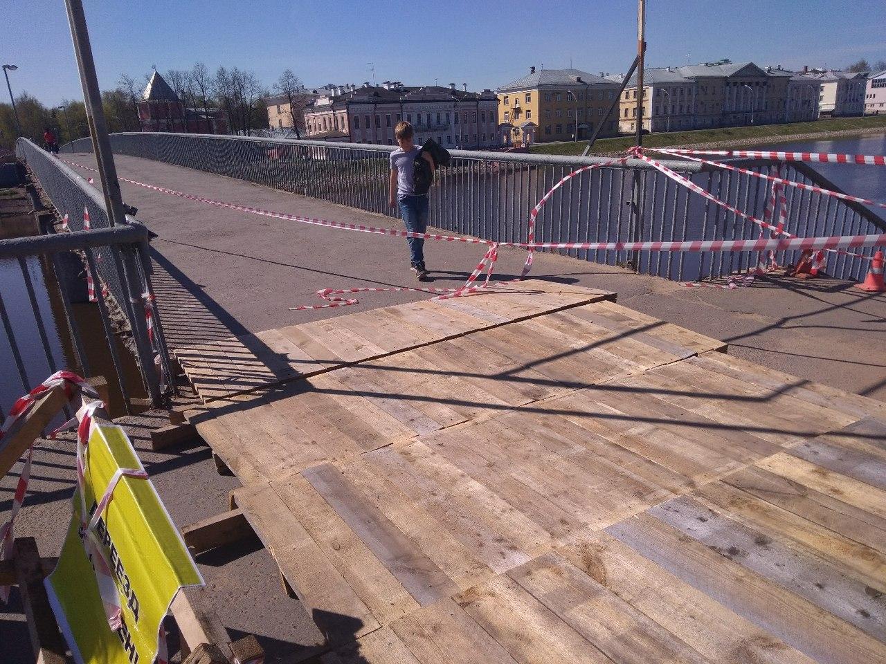 Дыру в пешеходном мосту в Вологде закрыли деревянным настилом