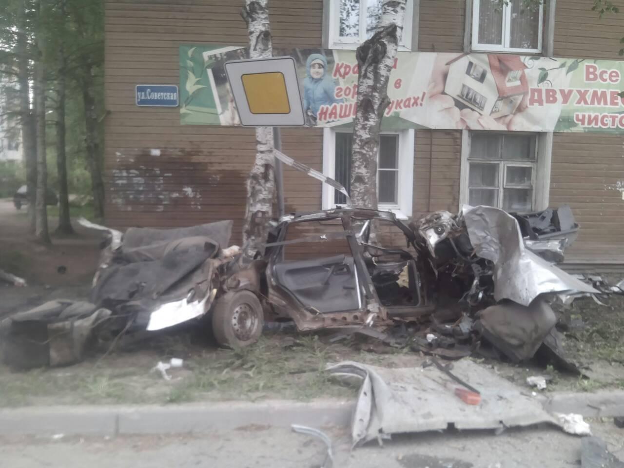 В Соколе ВАЗ врезался в дерево и развалился на части