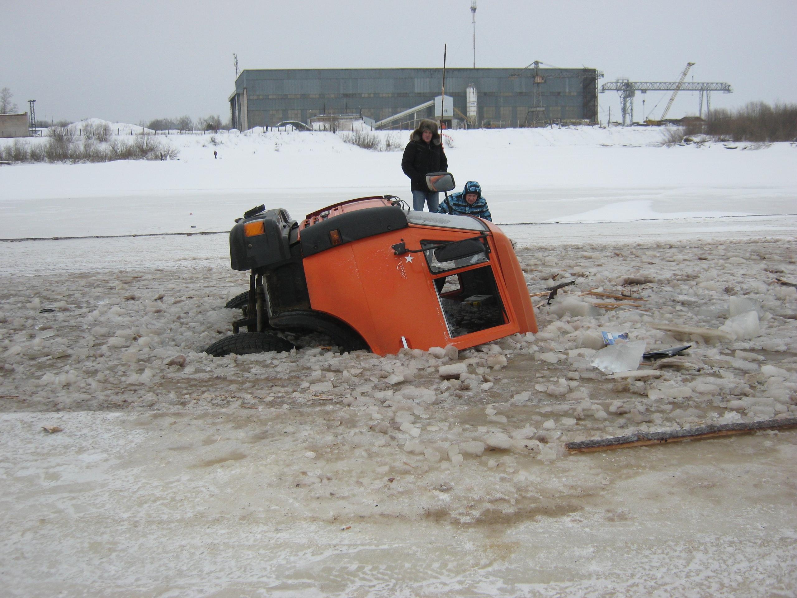 В Великоустюгском районе под лед провалился КамАЗ с песком