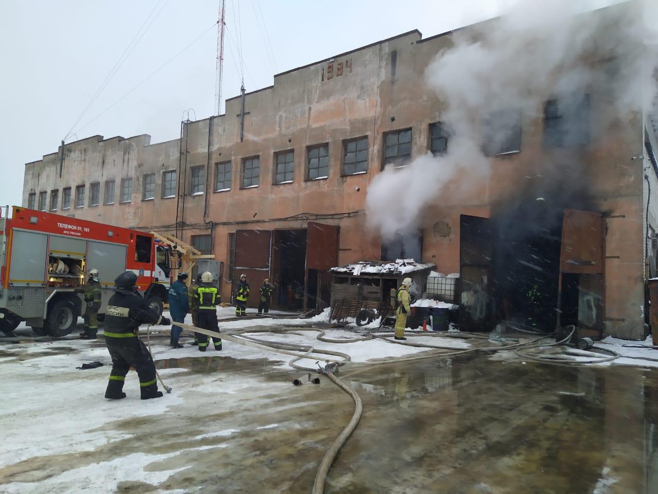 В Вологде на улице Чернышевского тушили пожар на предприятии