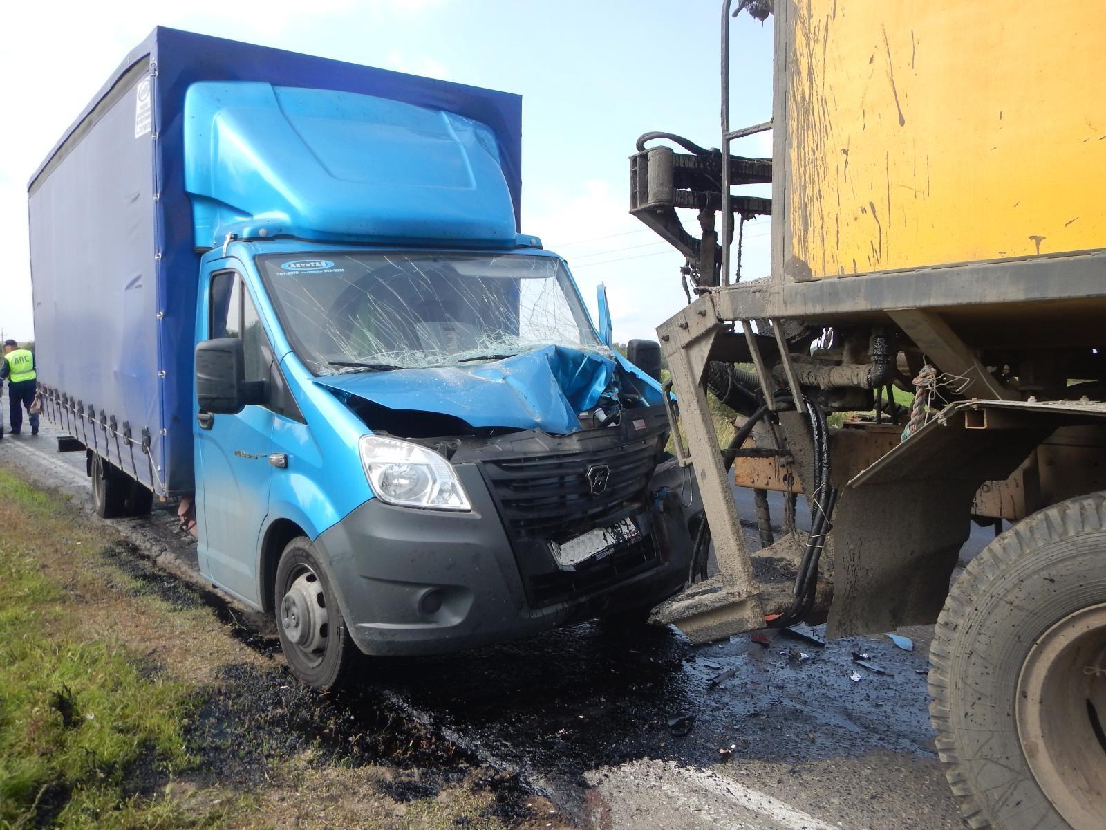 """В Тотемском районе """"Газель"""" сбила дорожника и врезалась в КамАЗ"""