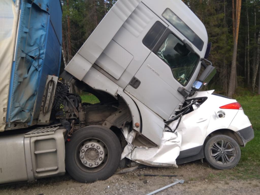 Два человека погибли в столкновении грузовика и легковушки в Сямженском районе