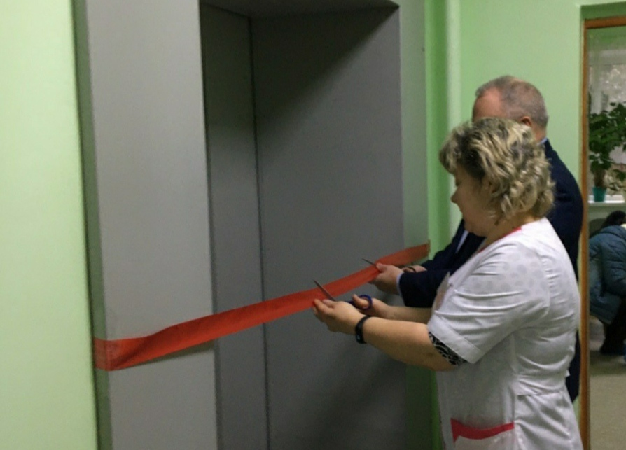 В Бабаевской ЦРБ с красной лентой открыли лифт, который не работал с 1994 года