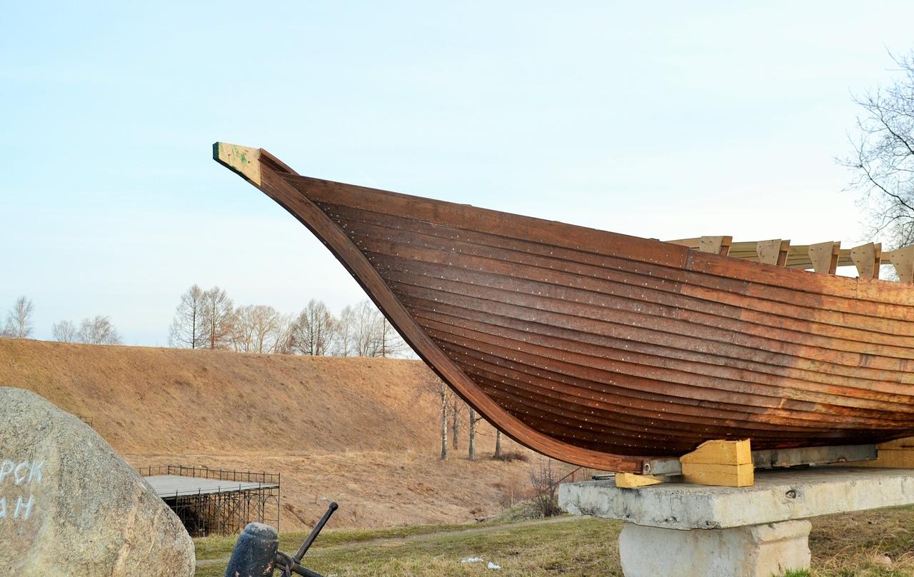 В Белозерске вандалы украли «голову дракона» с деревянной ладьи - символа города