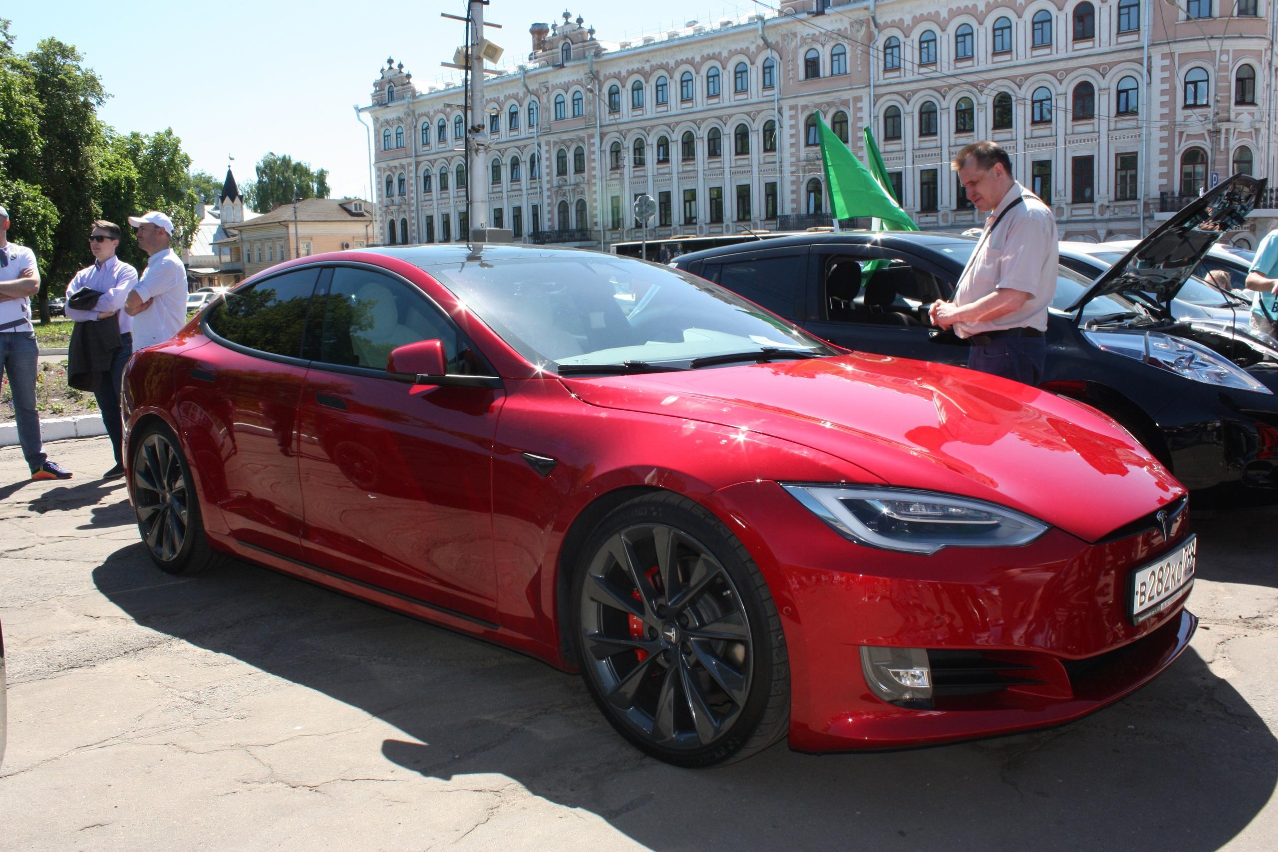 В Вологде открылась выставка электромобилей на площади Революции
