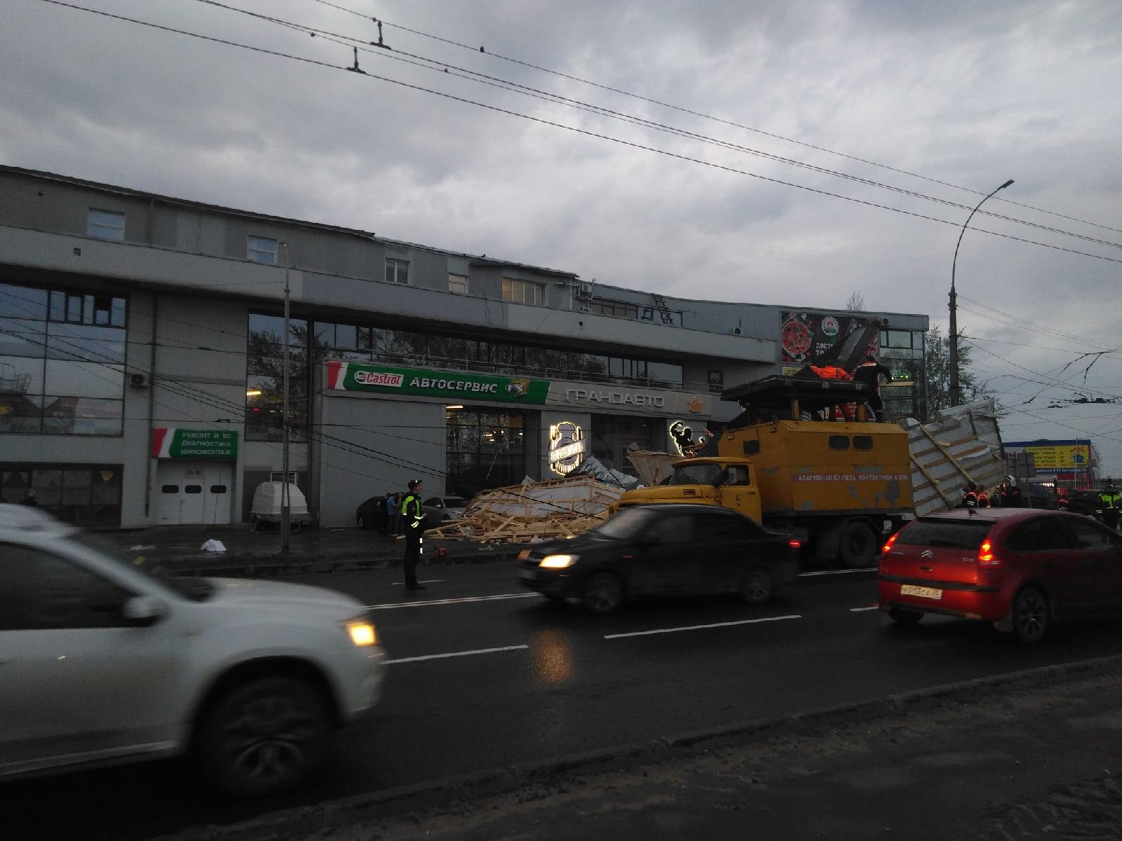 В Вологде сильным ветром сорвало крышу со здания на улице Ленинградской