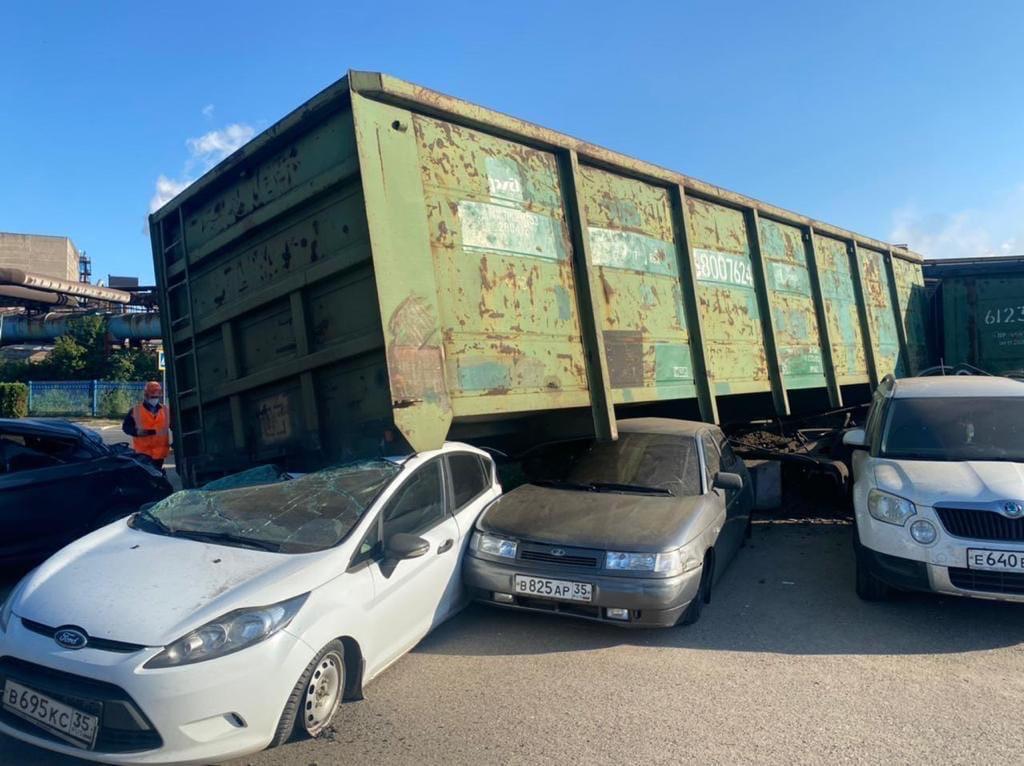 На Череповецком металлургическом комбинате вагоны сошли с рельсов и вылетели на парковку