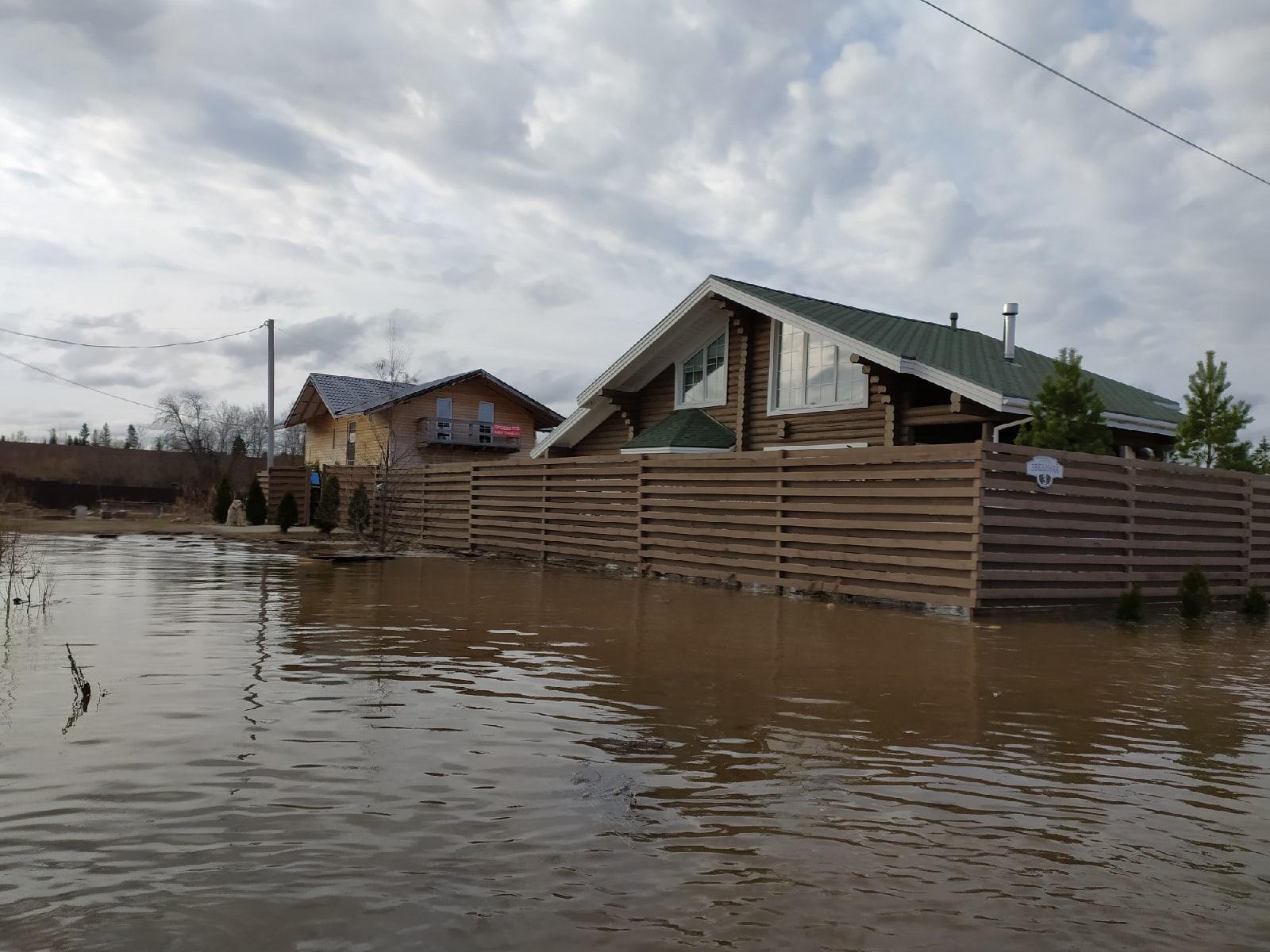 В поселке Сосновый берег под Вологдой затоплены 15 участков и пять жилых домов