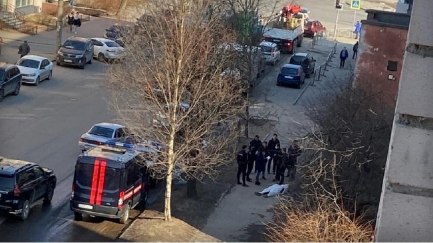 Тело мужчины обнаружили на тротуаре в центре Вологды