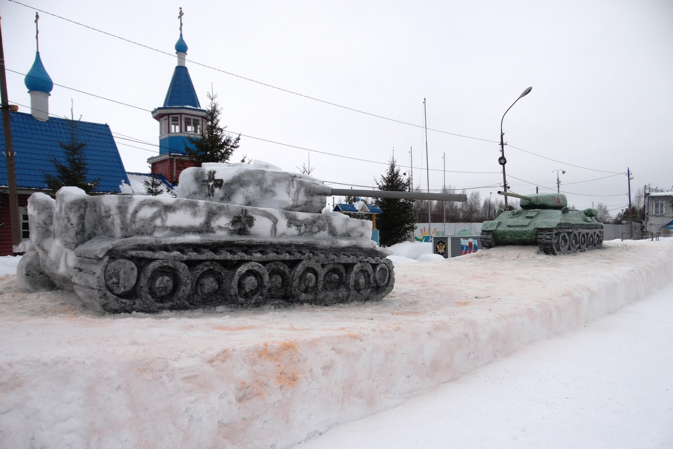 Осужденные колонии вСоколе слепили изснега советский танк Т-34 инемецкий «Тигр»