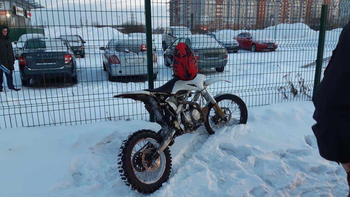 В Вологде росгвардейцы задержали подростка, катавшегося по парковке ТЦ на пит-байке