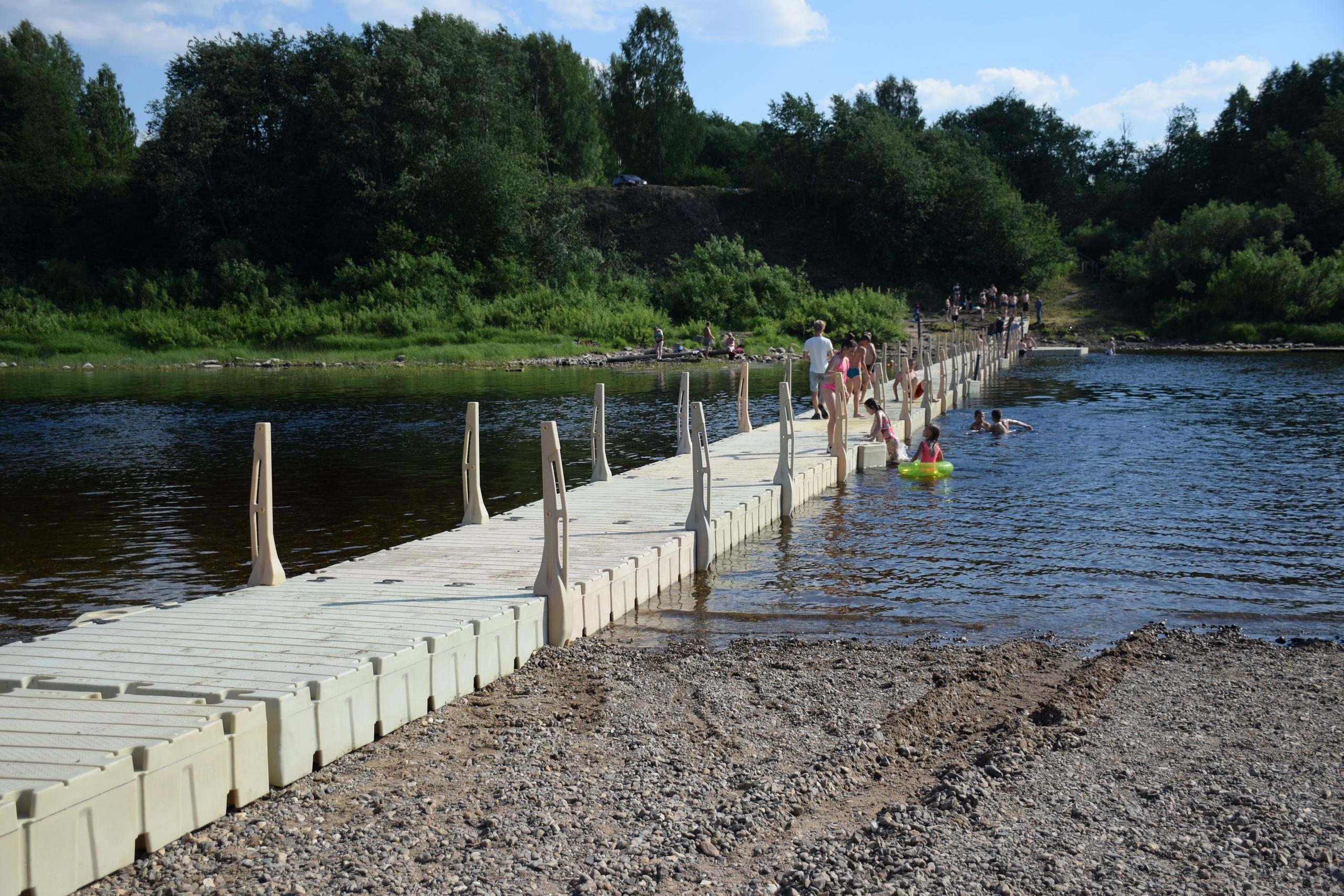 Вместо аварийного деревянного моста в Харовске оборудовали понтонную переправу за 3 млн рублей