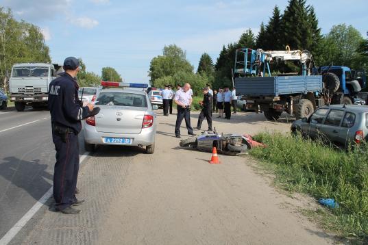 В Вологде два подростка на скутере столкнулись с КамАЗом и погибли