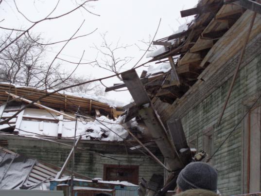 Временная крыша над памятником архитектуры на улице Октябрьской, 11 в Вологде рухнула под тяжестью снега
