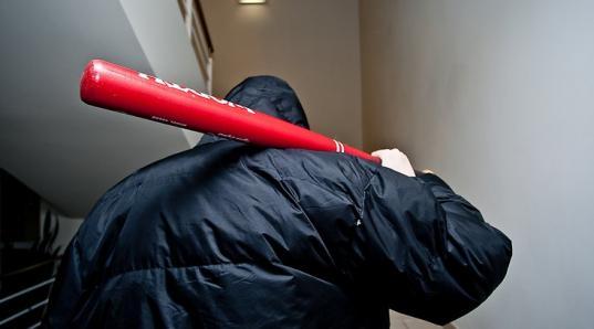 Житель Вологды до смерти избил бейсбольной битой пришедшего к нему домой незнакомца