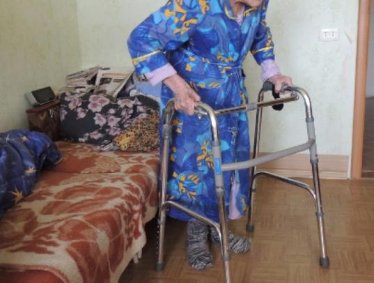В Вологде двое участковых помогли 80-летней пенсионерке, которая упала в своей квартире и не могла подняться