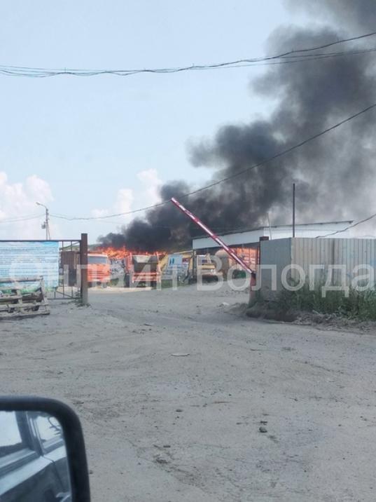 На полигоне в районе улицы Мудрова в Вологде загорелся мусор