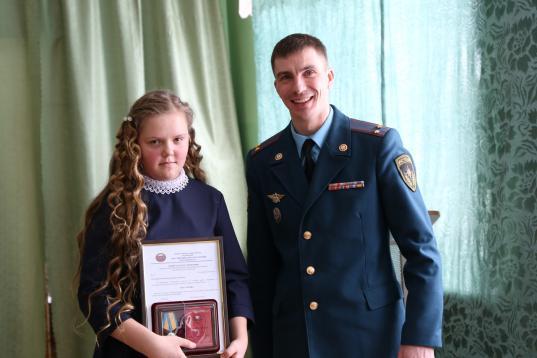 Двух школьниц из Вытегорского района, спасших ровесника из воды,  наградили медалями «За мужество в спасении»