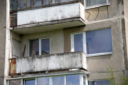 Череповчанин выкинул подругу с балкона второго этажа и пытался скрыться