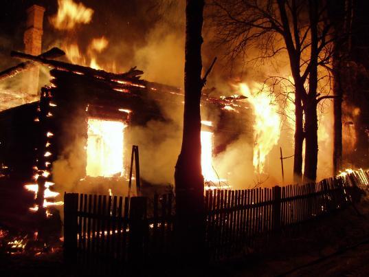 В Харовске подожгли расселенный аварийный дом