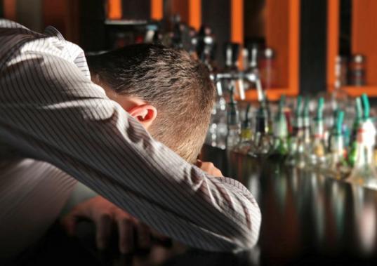Уснувший пьяный череповчанин оказался запертым на ночь в кафе после корпоратива