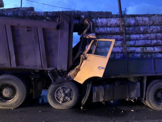 Два грузовика столкнулись под Череповцом: погибли люди