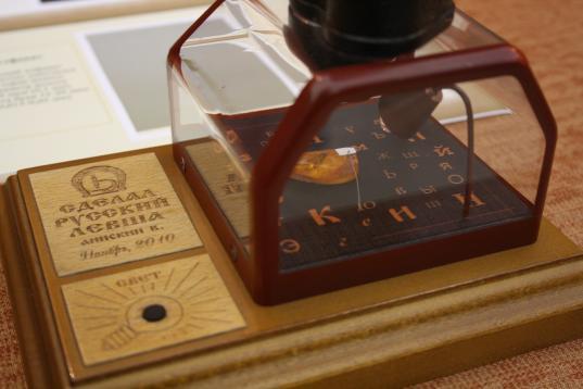 Басня на рисовом зёрнышке: в Вологде открылась выставка миниатюр мастера из Новосибирска