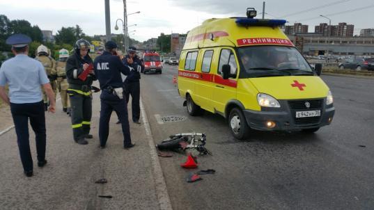 В Череповце на Ягорбском мосту мотоциклист врезался в столб