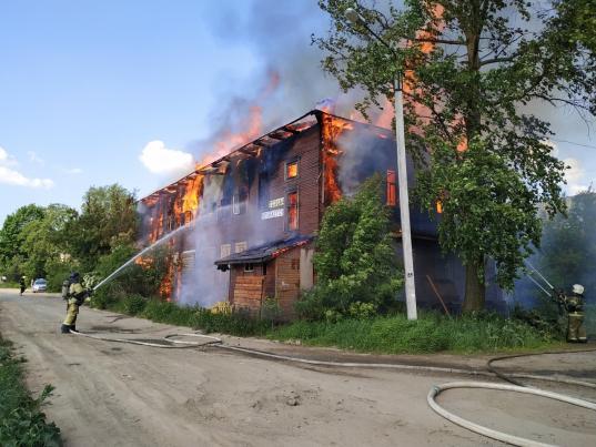 В Вологде загорелся выставленный на продажу дом на Набережной VI армии, 185