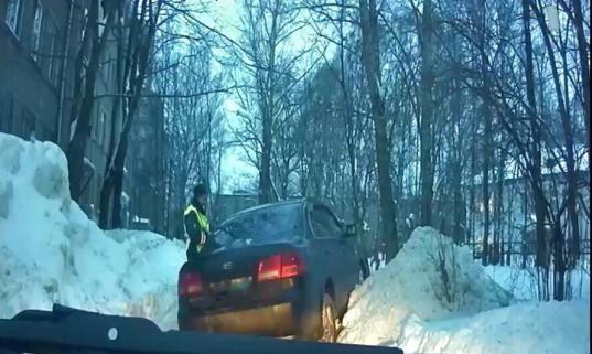 Пьяный череповчанин угнал авто у знакомой, устроил ДТП, а потом врезался в сугроб и застрял