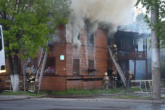 В центре Вологды загорелись два деревянных дома