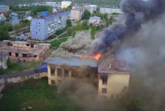 В Грязовце загорелось недавно проданное на разборку бывшее здание интерната для сирот
