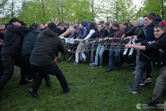 В Екатеринбурге продолжается несанкционированная акция против строительства храма в сквере
