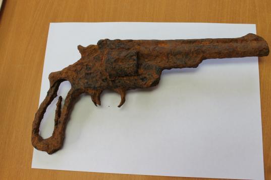 Раритетный револьвер начала XIX века нашли в кювете на трассе под Вологдой