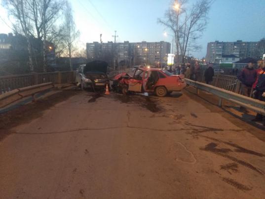 В Вологде развалилась «Дэу Нексия», не уступившая дорогу встречной машине на мосту